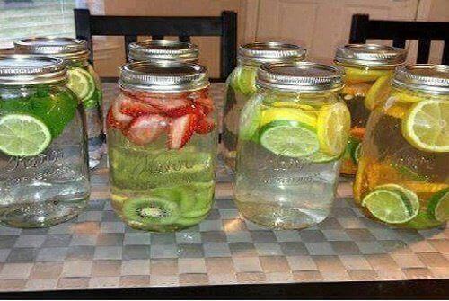 Hiç şüphe yoktur ki gün boyunca içeceğiniz en sağlıklı içecek sudur. Vitamin suları evde yapılan, her gün tadını çıkarabileceğiniz ve tonlarca vitamin ve aroma içeren içeceklerdir. Suyunuza aroma vermenin harika bir yoludur, aynı anda bütün vücudunuza ekstra fayda sağlarlar. Bu lezzetli içeceklerin yapımı çok kolaydır; ancak sakın renklendirici ve tatlandırıcı kullanmayın, meyvelerin ve şifalı bitkilerin faydalarını size vermesine izin verin. Şekerli ve kafeinli içeceklere teslim olmamanın en güzel yolu vitamin suları yapmaktır. İşte size önereceğimiz harika ve doğal meyve suları tarifleri.