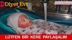 Annesi bebeğini musluk altında tutuyor çünkü…