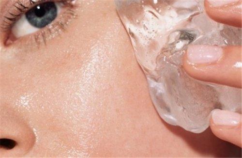 Bir çok insan cildinin nasıl göründüğü hakkında endişe duyar çünkü ciltlerinin onlara zarar verebilecek çeşitli faktörlere maruz kaldığını bilirler. Çevresel toksinler, güneşin zararlı UV ışınları ve sürekli kötü alışkanlıklar cildin yaşlanma sürecini hızlandırabilecek şeylerden sadece birkaçı. Bununla savaşmak için kozmetik endüstrisi ve diğer bir çok profesyonel yüzlerce ürün ve teknik yarattı ve böylece cildi canlandırmayı hedefliyor. Problem bu ürünlerin genelde pahalı olması ve onları kullanmak isteyebilecek kişilerin bunları karşılayamaması. Bu yüzden sizlere bugün çok ucuz olan ve her gün cilt sağlığınız için kullanabileceğiniz bir alternatif sunacağız . Bu buz küpleri kullanarak uygulayabileceğiniz basit bir yüz terapisidir ve cildi geliştirmesi ve canlandırması sayesinde her gün daha da popüler hale gelmektedir. Bu tedavi dünya çapında yaygındır ve kadınların küçük bir hazine ödemek yerine ucuz yollarla cilt bakımı yapmalarını sağlar. Daha fazlasını öğrenmeye hazır mısınız? Görsele tıklayarak 2. fotoğrafa geçip okumaya devam edebilirsiniz.