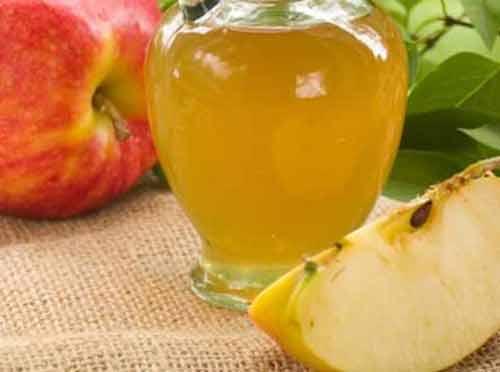 Elma sirkesinin faydaları Ağız kokusunu giderir Antibakteriyel içeriği ağız kokusuyla savaşır. Ağzınızı günde en az bir kere elma sirkesiyle çalkalayın. Kilo vermeye yardımcı Elma sirkesinde bulunan asetik asit açlık hissini ve su kaybını azaltıyor. Elma sirkesi aynı zamanda yağ yakımına yardımcı oluyor. Salatalarınıza iki kaşık ekleyerek elma sirkesini hayatınıza dahil edebilirsiniz. Sağlıklı saçlar Elma sirkesinin faydaları arasında saçlara iyi gelmesi de vardır. Boş bir şampuan kutusuna yarım kaşık elma sirkesi ve bir bardak su koyun. Haftada birkaç kere şampuandan sonra saçlarınızı bu karışımla durulayın. Boğaz ağrısına iyi gelir Virüs karşıtı ve antibakteriyel özelliğiyle boğaz ağrısında kullanılır. Elma sirkesiyle gargara yaparak ağrıyı hafifletebilirsiniz.