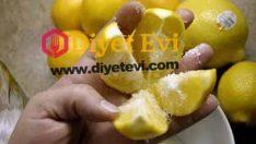 Limonu 4 eşit parçaya bölün ve üzerine tuz döküp mutfağın ortasına koyun