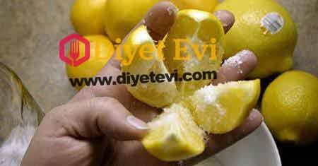 Bir tam limonu 4 eşit parçaya bölün ve üzerine tuz döküp mutfağın ortasına koyun! Sonuçları sizi şaşırtacak. Limonun sağlığa faydaları kuşaklardan beri bilinen bir şeydir. Yüksek tansiyon, solunum bozuklukları, yanık, obezite, iç kanama, diş problemleri, ateş, kabızlık, hazımsızlık, boğaz enfeksiyonları tedavilerinde limon kullanılır. Ayrıca saç ve cilt bakımında da limon önemli bir katkı sağlamaktadır. Bunların dışında, eski çağlardan beri terapatik özelliği olduğu bilinen limon, bağışıklık sitemini güçlendirir, mideyi ve kanı temizler. Yapılışı için görsele tıklayın ve 2. Fotoğrafa geçin.