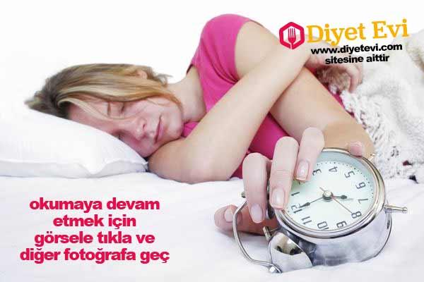 Çağımızın ortak sorunu, geçmek bilmeyen ağrılarımız ve yorgunluk … Öyle ki bize yataktan kalkmak resmen eziyet gelir. Özellikle kadınlar dikkat! Geçmek bilmeyen ağrılarınız ve yorgunluklarınız fibromiyalji belirtisi olabilir. Günümüzde çalışma koşullarının ağırlığı, günlük yaşamın getirdiği zorlukların yol açtığı stresle tetiklenen fibromiyalji artık modern çağın hastalığı haline geldi. Maalesef hastalık, yaşam kalitesini olumsuz yönde etkilediği gibi kişinin yaşamla başa çıkma yeteneğini de azaltıyor. Tüm dünyada görülme sıklığı giderek artan fibromiyalji kadınlarda, erkeklerden 4-5 kat daha fazla görülür.En çok doğurganlık çağındaki veya çalışma hayatındaki kadınları etkilemesine rağmen artık çocuklarda ve yaşlılarda da görülebiliyor.